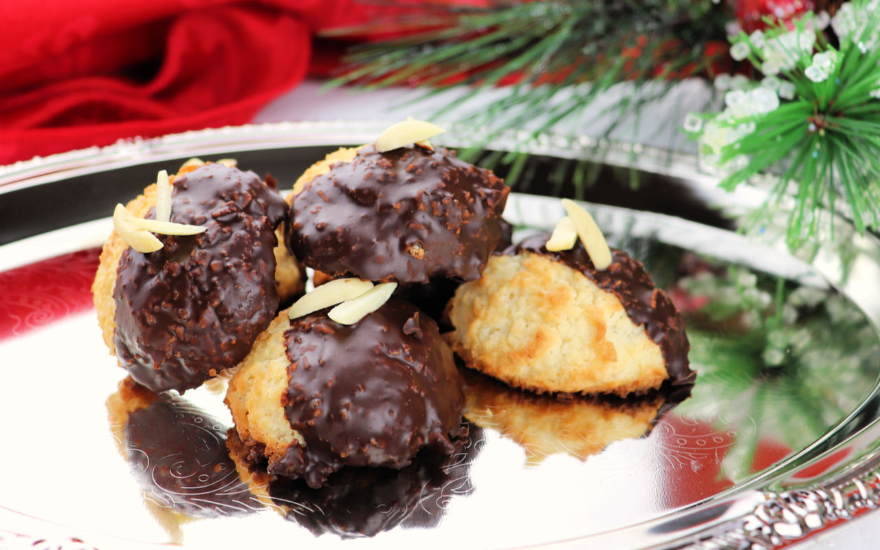 Keto coconut macaroons. Super-easy and perfect for family traditions. #ketococonut #ketochristmas