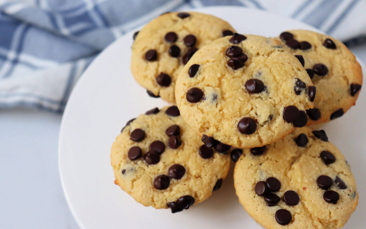 The best easy keto chocolate chip muffins for your low carb diet. Delicious and still gluten-free and sugar-free and one of my favorite comfort foods! #ketomuffinrecipes #ketorecipes